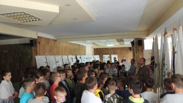 "Dom kulture Srebrenik – Učenici organizirano posjetili izložbu ""Domovina u srcu"""