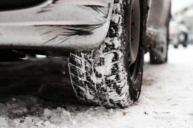 Zbog intenzivnih sniježnih padavine i mjestimično jačih udara vjetra koji stvara sniježne nanose, ne preporučuje se putovanje bez veće potrebe