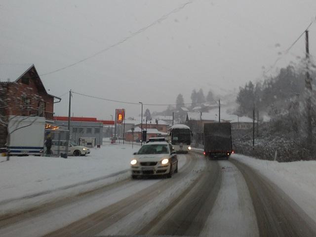 Policija isključuje iz saobraćaja teretna vozila koja nemaju postavljene lance