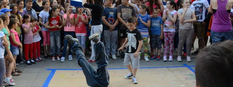 "Članovi Plesne škole ""Rebus"" uličnim performansom pomažu ugroženom stanovnistvu"